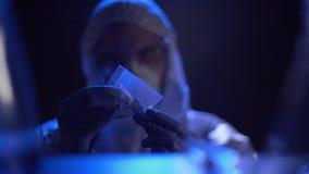 Φάρμακα που βρίσκονται στο σπίτι του υπόπτου, αστυνομικός που ικανοποιεί με τη αδιαμφισβήτητη ένδειξη απόθεμα βίντεο
