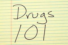 Φάρμακα 101 σε ένα κίτρινο νομικό μαξιλάρι Στοκ Φωτογραφία