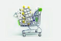 φάρμακα στο καλάθι αγορών στοκ φωτογραφία με δικαίωμα ελεύθερης χρήσης
