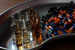 Φάρμακα υπό μορφή φιαλιδίων και καψών στοκ εικόνες με δικαίωμα ελεύθερης χρήσης