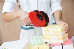 φάρμακα χημικών που ονομάζουν τη γυναίκα φαρμακείων στοκ εικόνες
