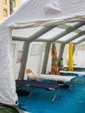 Φάρμακο έκτακτης ανάγκης, κρεβάτι στρατόπεδων και εξοπλισμός μέσα σε προσωρινό σχετικά με Στοκ Εικόνες