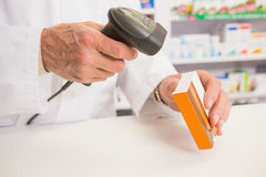 Φάρμακο ανίχνευσης φαρμακοποιών με έναν ανιχνευτή Στοκ Φωτογραφία