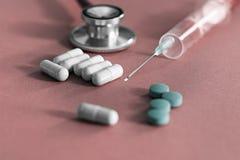 Φάρμακο και χάπια με το phonendoscope Στοκ φωτογραφία με δικαίωμα ελεύθερης χρήσης