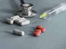 Φάρμακο και χάπια με το phonendoscope Στοκ φωτογραφίες με δικαίωμα ελεύθερης χρήσης