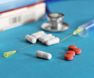 Φάρμακο και χάπια με το phonendoscope Στοκ εικόνες με δικαίωμα ελεύθερης χρήσης