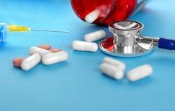 Φάρμακο και χάπια με το phonendoscope Στοκ Εικόνες