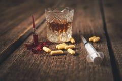 Φάρμακο με τη σύριγγα και το ουίσκυ στοκ φωτογραφίες