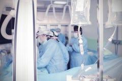 Φάρμακο με IV σταλαγματιά στο λειτουργούν δωμάτιο στοκ φωτογραφία με δικαίωμα ελεύθερης χρήσης