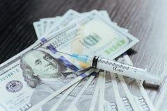 Φάρμακο, δολάριο, χρήματα, εθισμός και έννοια κατάχρησης ουσιών - clo Στοκ Εικόνα