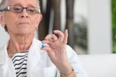 φάρμακο που παίρνει τη γυναίκα στοκ φωτογραφίες με δικαίωμα ελεύθερης χρήσης