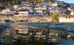 Φάροι ήλιων των Βεράτιο που απεικονίζουν στον ποταμό κατωτέρω στοκ εικόνα με δικαίωμα ελεύθερης χρήσης