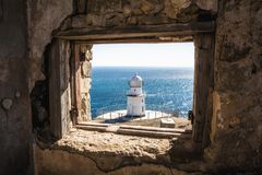 Φάρος Άποψη από μια εγκαταλειμμένη ραδιο-μετάδοση σε ένα αναγνωριστικό σήμα Ακρωτήριο Meganom στοκ φωτογραφίες