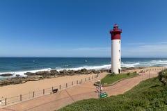 Φάρος ενάντια μπλε νεφελώδες παράκτιο Seascape στη Νότια Αφρική Στοκ εικόνες με δικαίωμα ελεύθερης χρήσης