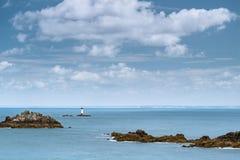 Φάρος και βράχοι Pointe du Grouin μια νεφελώδη ημέρα το καλοκαίρι στοκ εικόνες με δικαίωμα ελεύθερης χρήσης