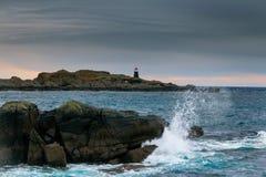 Φάρος και κύμα Στοκ εικόνες με δικαίωμα ελεύθερης χρήσης