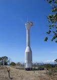 Φάρος και μπλε ουρανός, νησί Apo, Φιλιππίνες Σύγχρονος φάρος στο λόφο κάτω από τον ήλιο Στοκ εικόνα με δικαίωμα ελεύθερης χρήσης