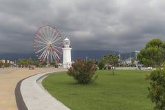 Φάρος και ρόδα επισκόπησης σε Batumi Στοκ εικόνα με δικαίωμα ελεύθερης χρήσης