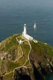 Φάρος νότιων σωρών, Anglesey, με το άσπρο πλέοντας γιοτ Στοκ εικόνες με δικαίωμα ελεύθερης χρήσης