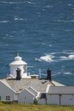 Φάρος που κοιτάζει πέρα από τις τραχιές θάλασσες την ηλιόλουστη ημέρα Στοκ Εικόνα