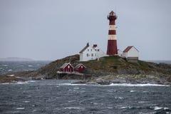 Φάρος σε ένα νησί στην ακτή της Νορβηγίας στοκ εικόνα