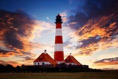 Φάρος στην ακτή στη Γερμανία στο ηλιοβασίλεμα στοκ φωτογραφία με δικαίωμα ελεύθερης χρήσης