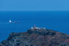 Φάρος στο νησί της Μαδέρας, σκάφος εμπορευματοκιβωτίων στο υπόβαθρο στοκ εικόνες
