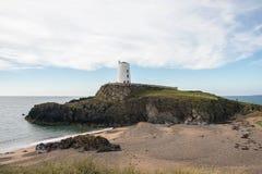 Φάρος στο νησί Ynys Llanddwyn σε Anglesey, βόρεια Ουαλία Στοκ Φωτογραφία