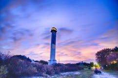 Φάρος του Τσάρλεστον που βρίσκεται τη νύχτα στο νησί του Sullivan μέσα στοκ φωτογραφίες