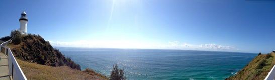 Φάρος του Byron ακρωτηρίων τον ωκεανό και το καλοκαίρι Νότια Νέα Ουαλία Αυστραλία περιοχής κρατικής συντήρησης του Byron ακρωτηρί Στοκ Φωτογραφία