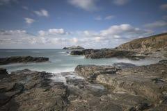 Φάρος Godrevy στο νησί Godrevy στον κόλπο του ST Ives με την παραλία και τους βράχους στο πρώτο πλάνο, Κορνουάλλη UK στοκ φωτογραφία με δικαίωμα ελεύθερης χρήσης