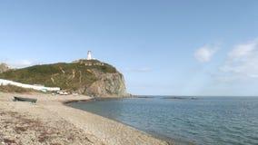 Φάρος seamark στην πράσινη πετρώδη παραλία ακτών βράχων στη θάλασσα της Ιαπωνίας απόθεμα βίντεο