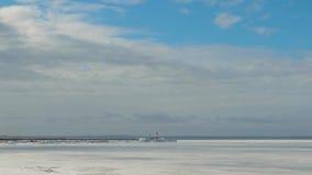 Φάρος Tolbukhin στο Κόλπο του σκοπέλου της Φινλανδίας και οχυρών hummocks πανοραμική όψη θάλασσας πάγου απόθεμα βίντεο