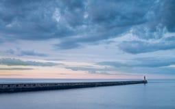 Φάρος Tynemouth στην μπλε ώρα στοκ εικόνα