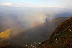 Φάσμα Brocken στα Καρπάθια βουνά την ομιχλώδη ημέρα Στοκ Εικόνα