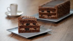 Φάτε ένα εύγευστο κομμάτι του κέικ σοκολάτας απόθεμα βίντεο