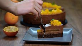 Φάτε ένα κομμάτι του πορτοκαλιού mousse σοκολάτας κέικ φιλμ μικρού μήκους