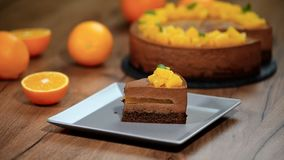 Φάτε ένα κομμάτι του πορτοκαλιού mousse σοκολάτας κέικ απόθεμα βίντεο