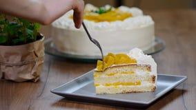 Φάτε ένα κομμάτι του φρέσκου κέικ ροδάκινων φιλμ μικρού μήκους