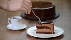 Φάτε ένα κομμάτι mousse σοκολάτας του κέικ φιλμ μικρού μήκους