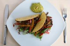 φάτε τα έτοιμα tacos σε δύο Στοκ εικόνα με δικαίωμα ελεύθερης χρήσης