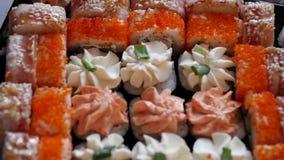 Φάτε τα σούσια χρησιμοποιεί στο σπίτι chopsticks Ιαπωνική κουζίνα, ρόλοι σουσιών σε αργή κίνηση φιλμ μικρού μήκους