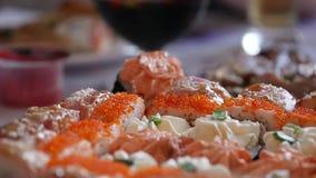 Φάτε τα σούσια χρησιμοποιεί στο σπίτι chopsticks Ιαπωνική κουζίνα, ρόλοι σουσιών σε αργή κίνηση απόθεμα βίντεο