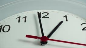 Φάτε τα τρόφιμα μακαρονιών μεσημεριανού γεύματος στο μπροστινό άσπρο ρολόι δώδεκα η ώρα στο άσπρο υπόβαθρο, χρονικό σφάλμα 20 λεπ απόθεμα βίντεο