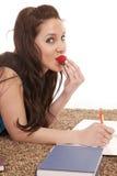 φάτε τη γυναίκα φραουλών χ& Στοκ εικόνες με δικαίωμα ελεύθερης χρήσης