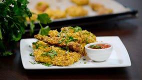 Φάτε τις λουρίδες κοτόπουλου με τη σάλτσα απόθεμα βίντεο