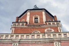 Φέουδο Izmailovo στη Μόσχα Πύργος γεφυρών που διακοσμείται από τα κεραμικά κεραμίδια Στοκ εικόνα με δικαίωμα ελεύθερης χρήσης
