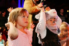 φέρνει το διάνυσμα santa νύχτας απεικόνισης δώρων Claus Χριστουγέννων παιδιά σε ένα κοστούμι κομμάτων των παιδιών, καρναβάλι του  Στοκ φωτογραφίες με δικαίωμα ελεύθερης χρήσης