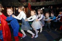 φέρνει το διάνυσμα santa νύχτας απεικόνισης δώρων Claus Χριστουγέννων παιδιά σε ένα κοστούμι κομμάτων των παιδιών, καρναβάλι του  Στοκ εικόνα με δικαίωμα ελεύθερης χρήσης