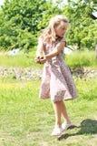 φέρνοντας ανθισμένο φόρεμα έδαφος κοριτσιών Στοκ Εικόνες